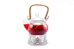 Thé fait à partir des baies rouges dans la théière transparente en verre Photos libres de droits