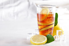 Thé frais de citron de glace avec la tranche de citron et les glaçons Image stock