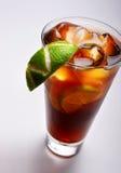 Thé froid avec la limette et la glace images stock