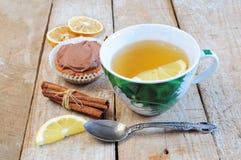 Thé, gâteau, bâtons de cannelle et part de citron Images libres de droits
