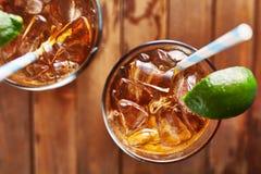 Thé glacé avec la fermeture de dessus de cale de chaux  Photographie stock libre de droits