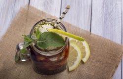 Thé glacé avec le citron et la menthe Photos libres de droits