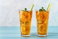 Thé glacé avec les tranches et la menthe de citron photos libres de droits