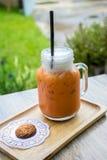 Thé glacé de lait avec le biscuit Images libres de droits