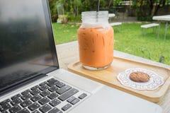 Thé glacé de lait avec le biscuit Photographie stock