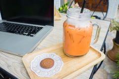 Thé glacé de lait avec le biscuit Photographie stock libre de droits