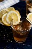 Thé glacé régénérateur avec des ronds de citron photo stock