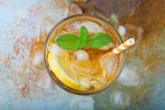 Thé glacé traditionnel avec le citron, la menthe et la glace en verres grands Un verre de boisson régénératrice d'été sur le vieu Images libres de droits