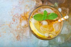 Thé glacé traditionnel avec le citron, la menthe et la glace en verres grands Un verre de boisson régénératrice d'été sur le vieu Photo stock