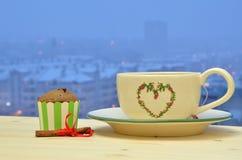 Thé hivernal avec le petit pain de chocolat Photographie stock