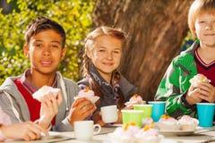 Thé international de boissons d'enfants avec des petits gâteaux Image libre de droits