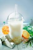 Thé laiteux de bulle avec des billes de fruit et de boba Images libres de droits