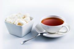 Thé noir avec des cubes en sucre image libre de droits