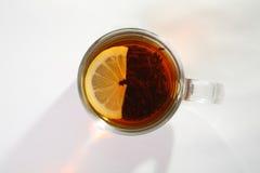 Thé noir avec le citron photo stock