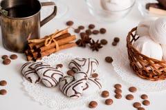 Thé noir avec les biscuits et la cannelle sur un fond en bois blanc Photos stock