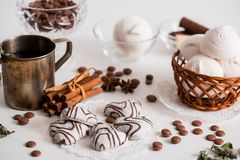 Thé noir avec les biscuits et la cannelle sur un fond en bois blanc Photographie stock