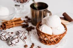 Thé noir avec les biscuits et la cannelle sur un fond en bois blanc Photo stock