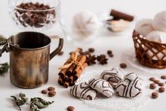Thé noir avec les biscuits et la cannelle sur un fond en bois blanc Photographie stock libre de droits