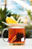 Thé noir avec une tranche de citron Photo stock