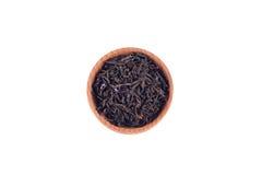 Thé noir dans la cuvette en bois Images libres de droits