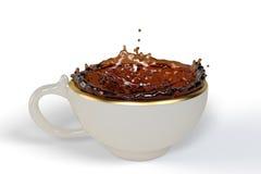 Thé noir dans la tasse comme forme de couronne Images libres de droits