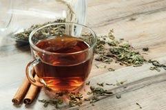Thé noir dans une tasse Photos stock