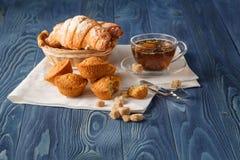 Thé noir de la Ceylan dans des tasses en verre, croissants frais, vintage en bois photographie stock