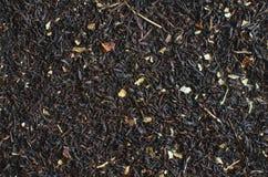 Thé noir sec avec le fond en gros plan d'additifs photos stock
