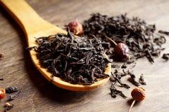 Thé noir sur une cuillère en bois Photo libre de droits