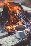 Thé ou café par le feu de camp photo libre de droits