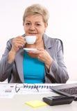 Thé ou café potable plus âgé de femme d'affaires au bureau dans le bureau, coupure au travail Photo libre de droits