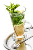 Thé ou cocktail d'été sur le fond blanc, boisson chaude avec le citron, menthe et gingembre Photos stock