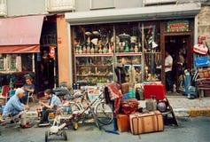 Thé potable antique du marché et de personnes près de magasin de meubles de vintage Photos libres de droits