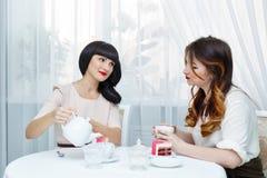 thé potable d'amies Photo stock