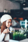 Thé potable de belle fille dans un café photos stock