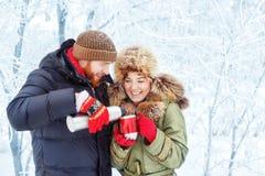 Thé potable de couples dehors en hiver Images stock
