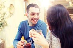 Thé potable de couples heureux au café Images libres de droits