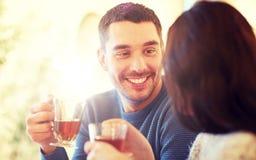 Thé potable de couples heureux au café Photographie stock