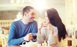 Thé potable de couples heureux au café Images stock