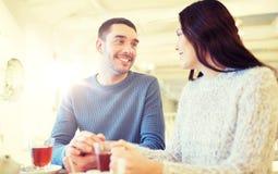 Thé potable de couples heureux au café Image libre de droits