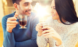 Thé potable de couples heureux au café Image stock