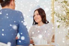Thé potable de couples heureux au café ou au restaurant Image stock