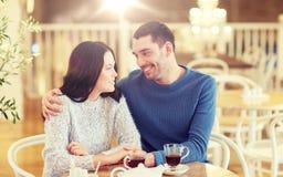 Thé potable de couples heureux au restaurant Image libre de droits