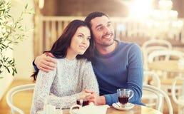 Thé potable de couples heureux au restaurant Images libres de droits