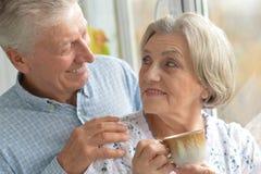 Thé potable de couples pluss âgé Photographie stock libre de droits