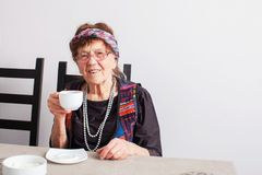 Thé potable de dame âgée Photos libres de droits