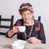 Thé potable de dame âgée Images stock
