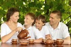 Thé potable de famille heureuse Photographie stock