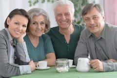 Thé potable de famille heureuse images libres de droits