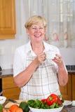 Thé potable de femme Photo stock